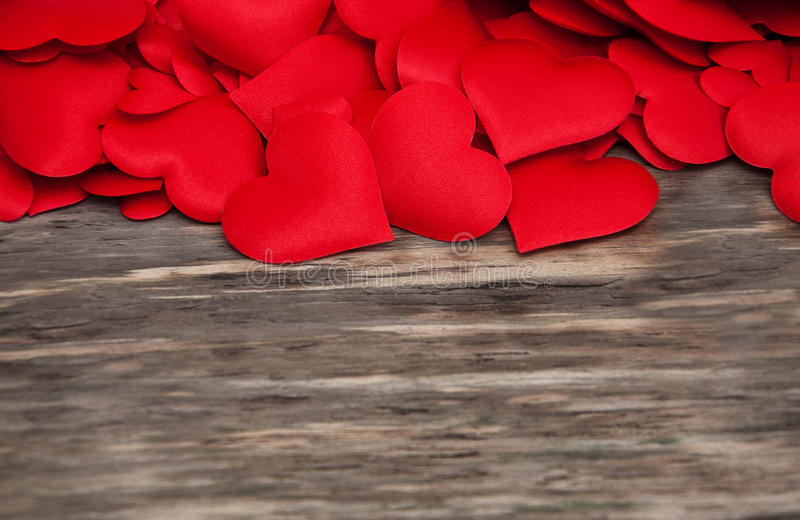 Rote Herzen auf einem hölzernen Hintergrund lizenzfreie stockbilder