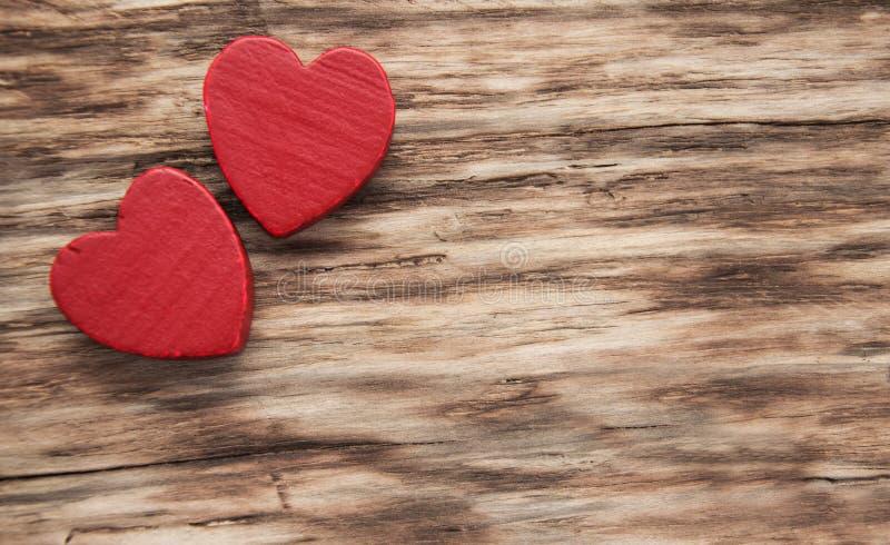 Rote Herzen auf einem hölzernen Hintergrund lizenzfreies stockfoto