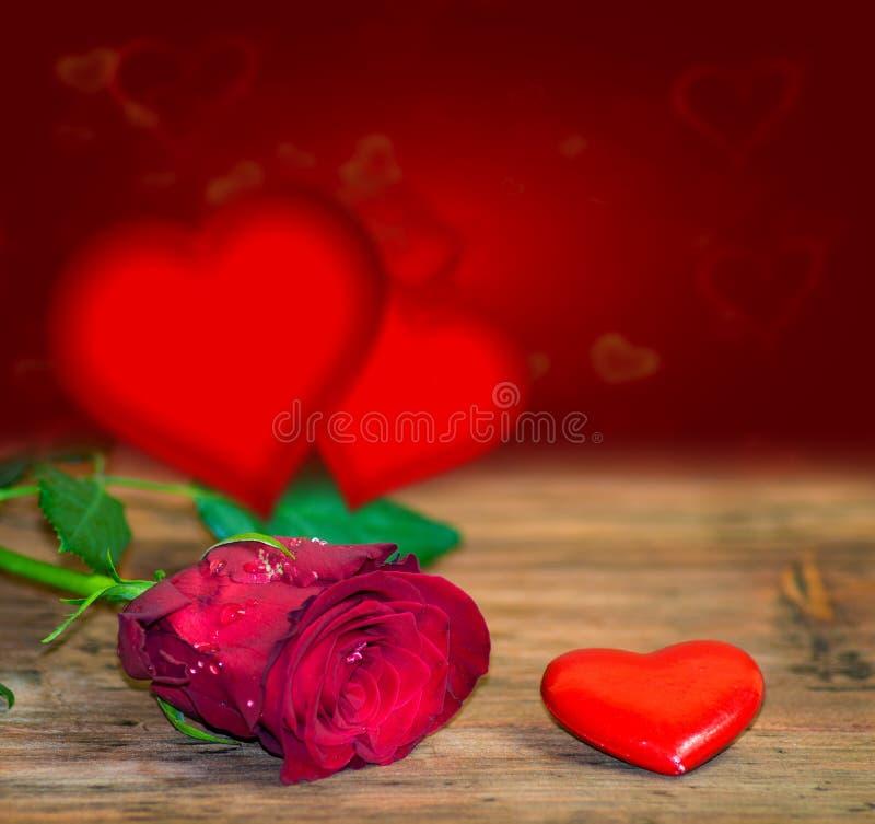 Rote Herzen auf Holztisch gegen defocused Lichter lizenzfreie abbildung