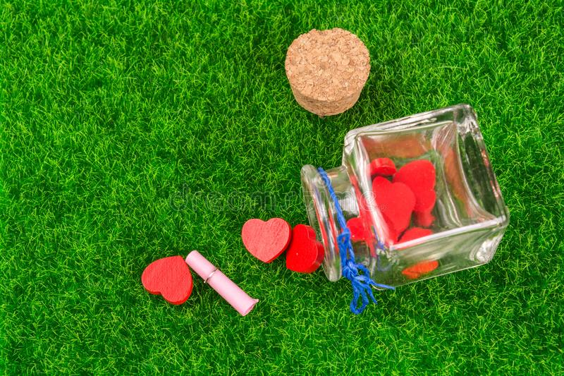 Rote Herzen in der Flasche stockbilder