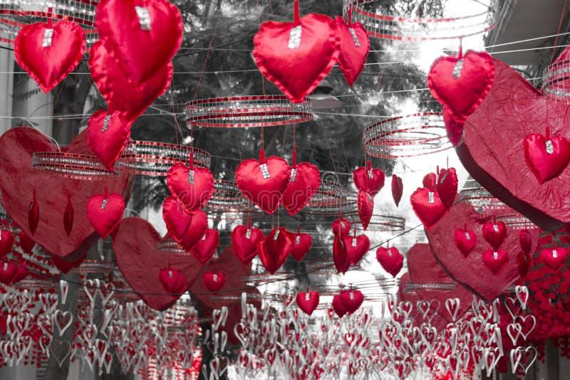 Rote Herzen, die in Gracia-Bezirk, Barcelona hängen und sich bewegen lizenzfreie stockfotografie