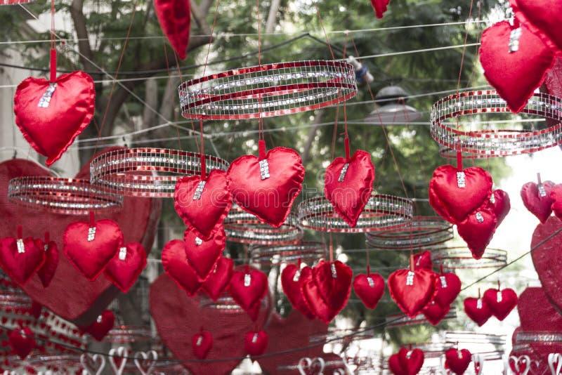 Rote Herzen, die in Gracia-Bezirk, Barcelona hängen und sich bewegen lizenzfreie stockbilder