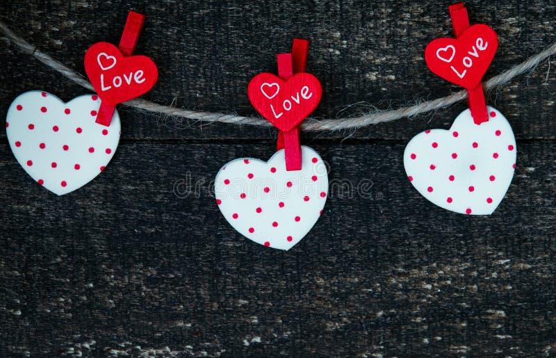 Rote Herzen und Holztisch lizenzfreie stockfotografie