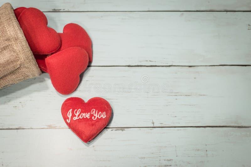 Rote Herzen und Raum für Text auf einem hölzernen Hintergrund unter Verwendung als Liebe, Valentinstagkonzept stockfotos