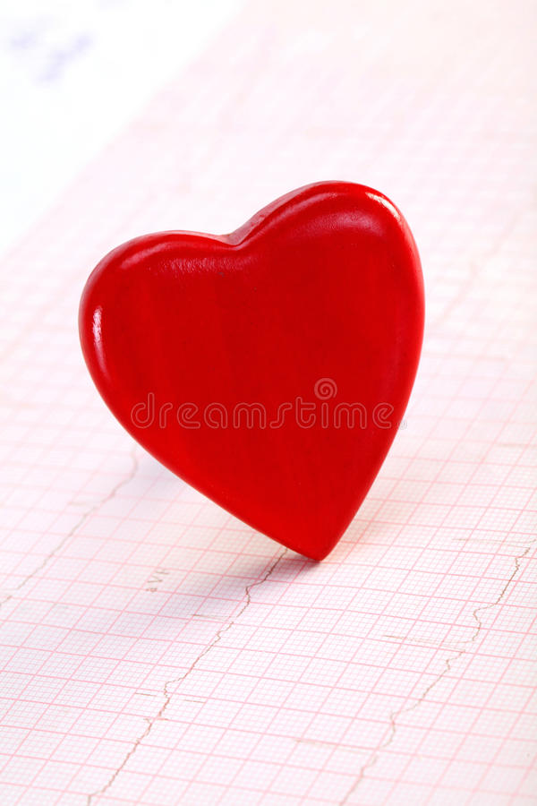 Rote Herzform auf ECG stockfotografie
