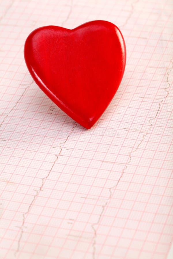 Rote Herzform auf ECG lizenzfreie stockbilder