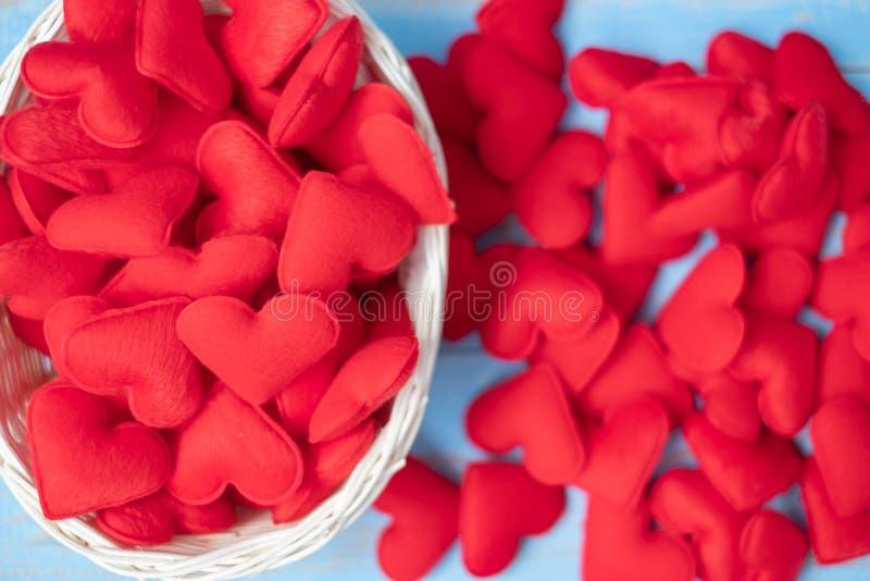 Rote Herzformdekoration im Korb auf blauem Holztischhintergrund Der Hochzeit, romantischen und glücklichen Tagesfeiertag Valentin lizenzfreie stockfotografie