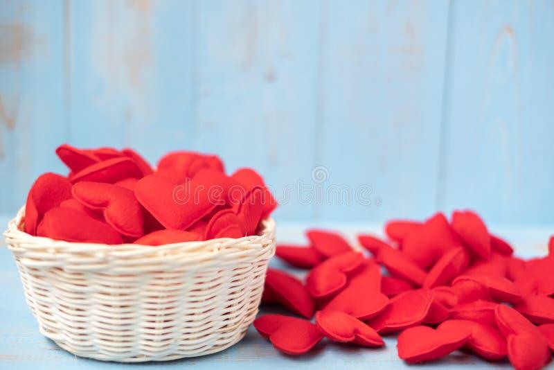Rote Herzformdekoration im Korb auf blauem Holztischhintergrund Der Hochzeit, romantischen und glücklichen Tagesfeiertag Valentin lizenzfreie stockfotos