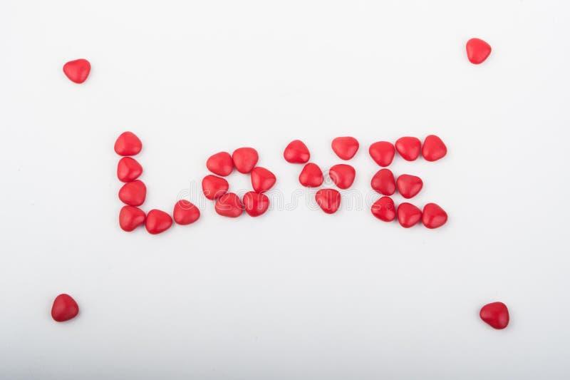 Rote Herzsüßigkeit auf Gläsern stockbilder