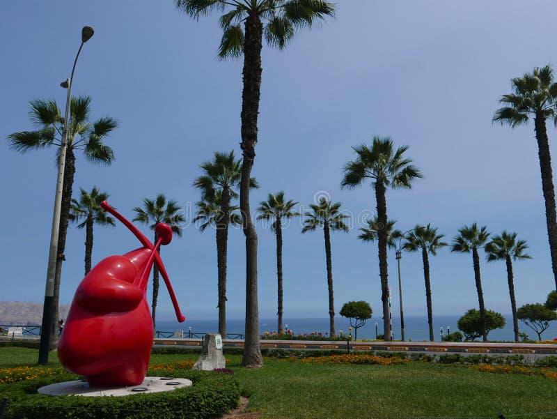 Rote Herzstatue und ein anderes Herz endind ein Pfeil stockfotos