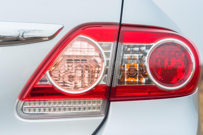 Rote Hintergrundbeleuchtung eines modernen Autos lizenzfreie stockbilder
