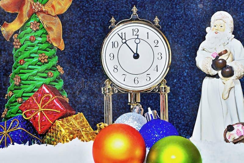 Rote Hintergrundnahaufnahme Die Uhr zeigt den langerwarteten Moment Kommende Santa Claus und Auspacken von Geschenken unter dem W stockfotografie