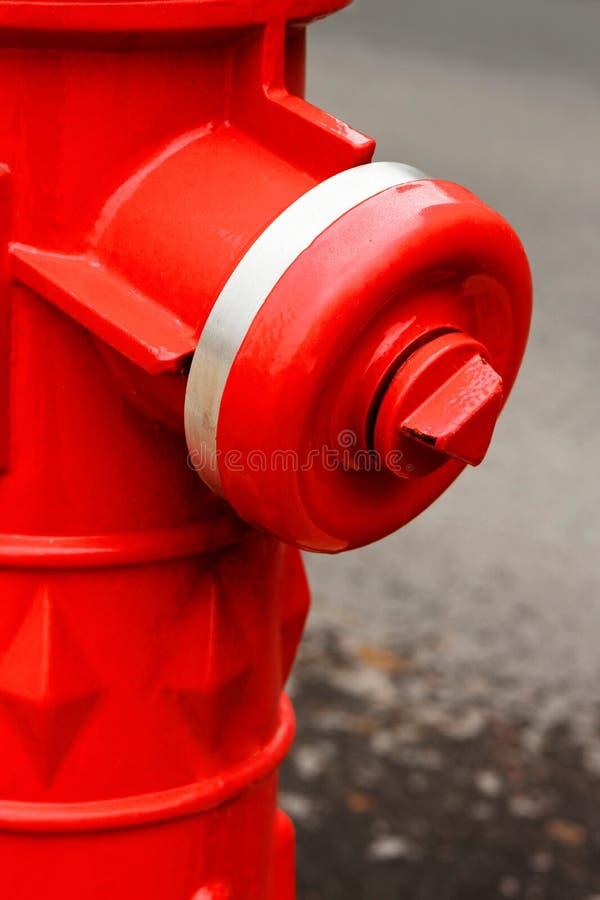 Rote Hydrantnahaufnahme auf der Straße stockfotografie