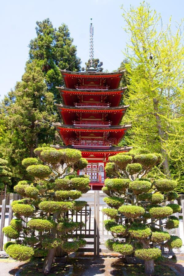 Rote japanische Pagode stockfotografie