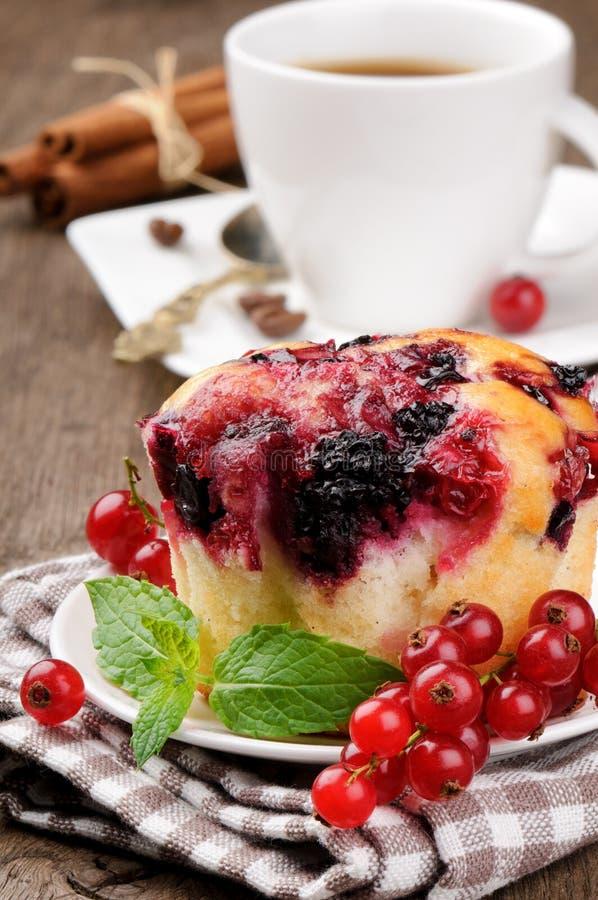 Rote Johannisbeercupkuchen und -kaffee lizenzfreie stockfotografie