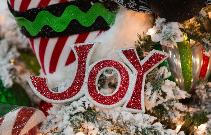 Rote Joy Sign Ornament im Weihnachtsbaum stockfoto
