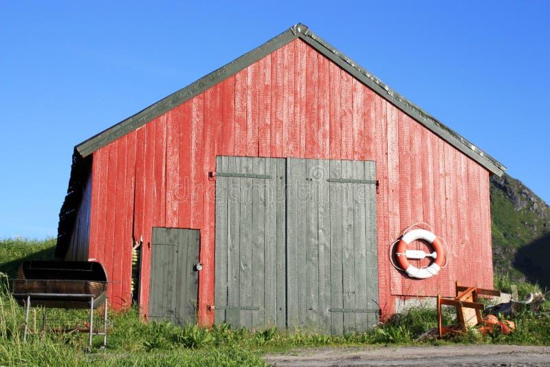 Rote Kabine von Lofoten mit Boje lizenzfreie stockbilder