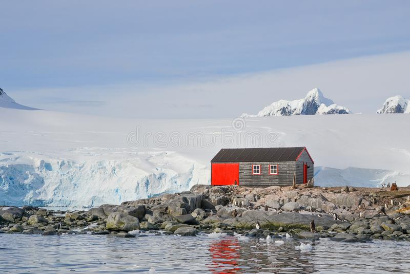 Rote Kabine vor Gletscher lizenzfreies stockfoto