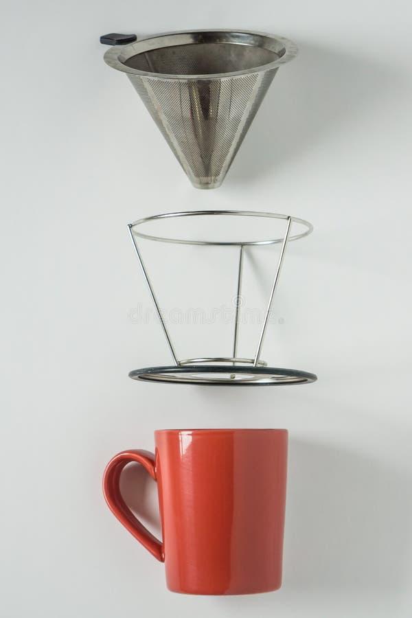 Rote Kaffeetasse auf wei?em Hintergrund Metall gießen über Tropfenfängerkegel auseinanderzog lizenzfreies stockbild