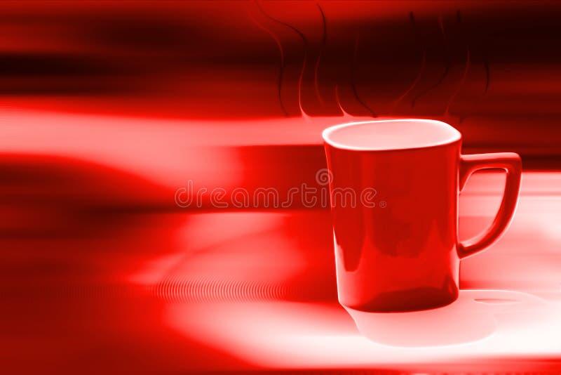 Rote Kaffeetasse im Unschärfehintergrund lizenzfreie stockfotos