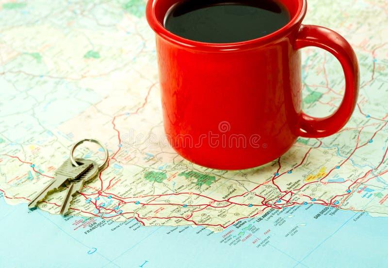 Rote Kaffeetasse-und Auto-Tasten auf Karte stockbild