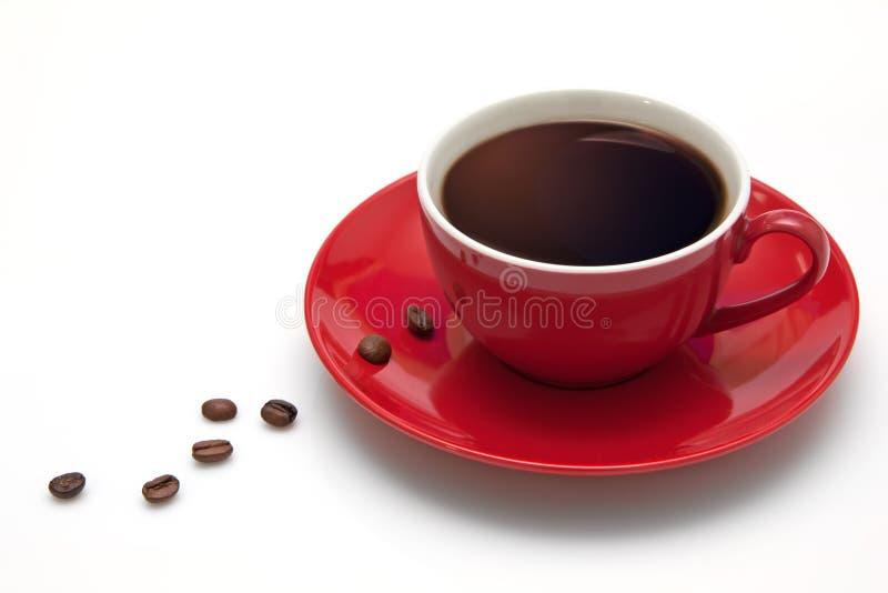 Rote Kaffeetasse und Korn auf weißem Hintergrund lizenzfreie stockfotos