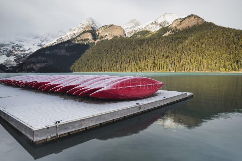 Rote Kajaks, Nationalpark Lake Louise, Banff, Alberta, Kanada stockfoto