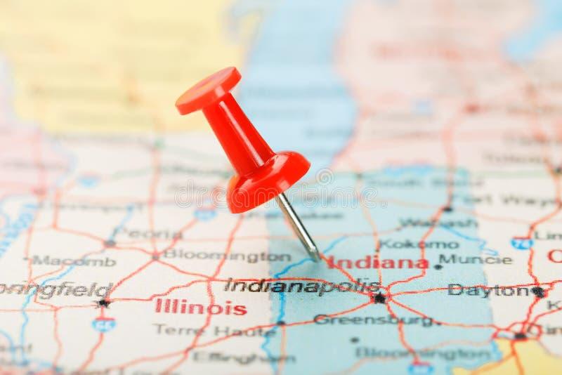 Rote kanzleimäßige Nadel auf einer Karte von USA, von Indiana und von Hauptstadt Indianapolis Nahe hohe Karte der Seite geschützt stockfotografie