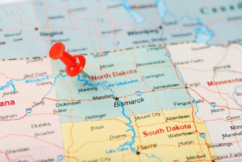 Rote kanzleimäßige Nadel auf einer Karte von USA, von North Dakota und von Hauptstadt Bismarck Nahaufnahme-Karte North Dakota mit lizenzfreies stockbild