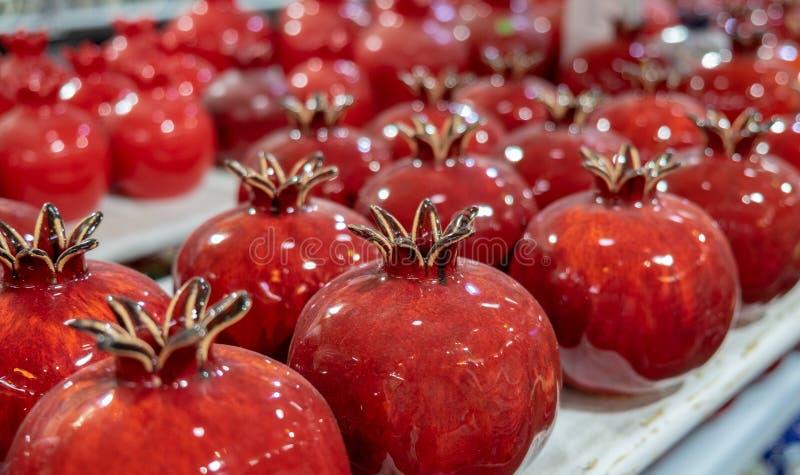 Rote keramische Granatäpfel der Andenkens für Verkauf lizenzfreies stockbild