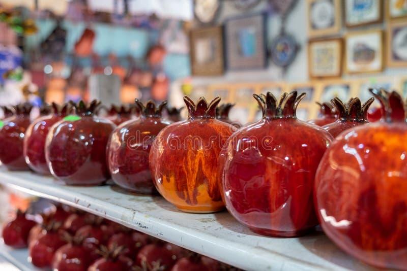 Rote keramische Granatäpfel der Andenkens für Verkauf stockfotografie