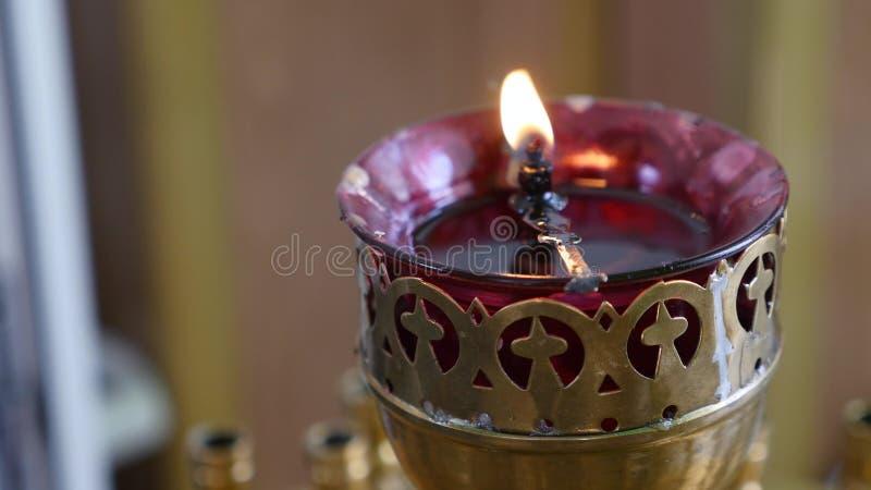 Rote Kerze in der Kirche stockbild
