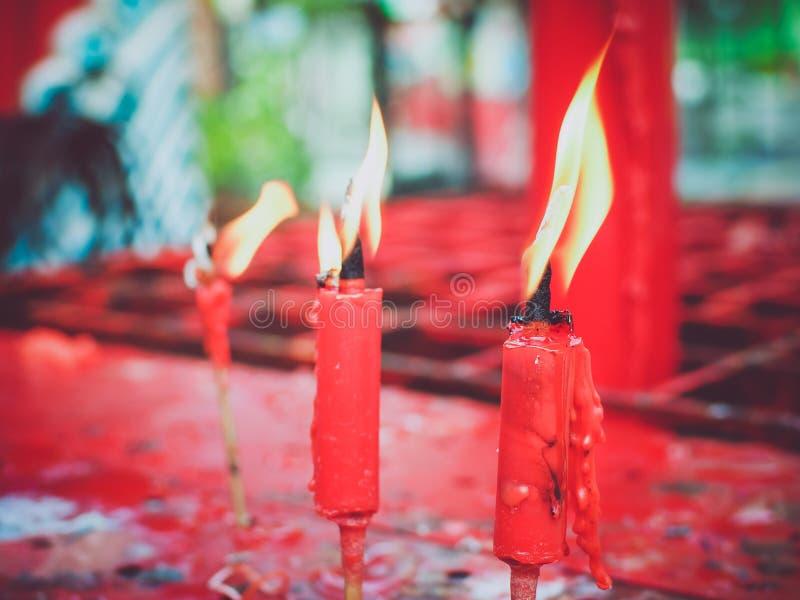 Rote Kerze, die in der alten chinesischen Kirche brennt lizenzfreie stockfotos