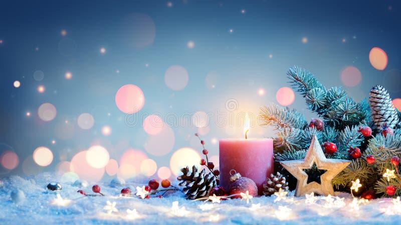 Rote Kerze mit Weihnachtsdekoration stockbild