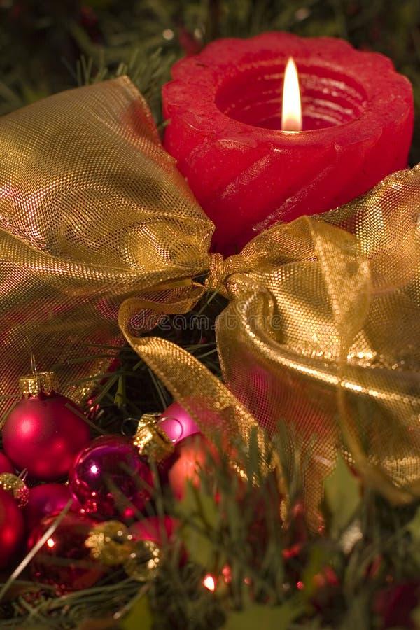 Rote Kerze- und Weihnachtskugeln lizenzfreie stockfotos