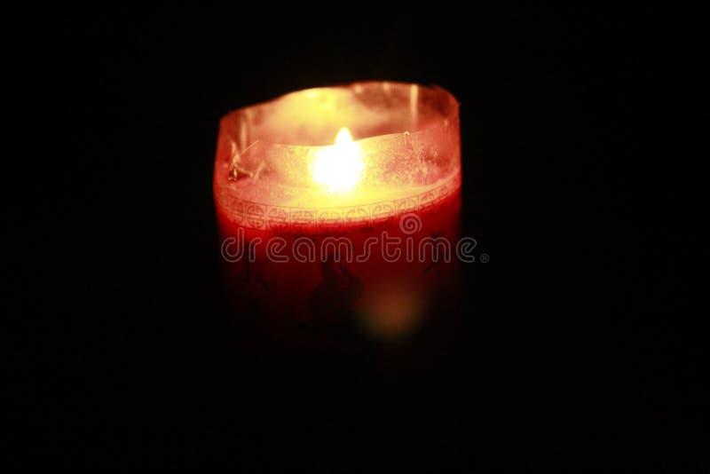 Rote Kerzenlichter hell von der Dunkelheit stockfoto