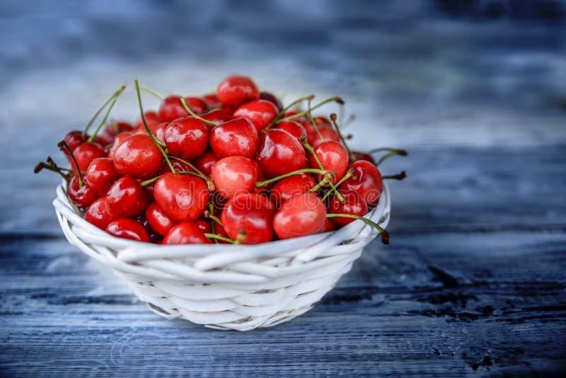 Rote Kirschen auf einem Holztisch stockfoto