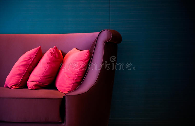 Rote Kissen auf einem Sofa stockbild