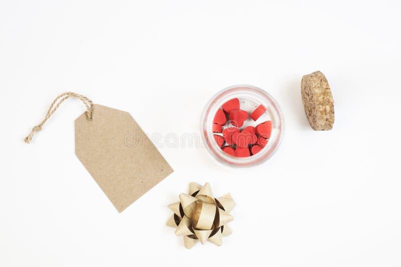 Rote kleine Herzen in einem Glasgefäß verpackt als Valentinsgrußgeschenk lizenzfreies stockfoto