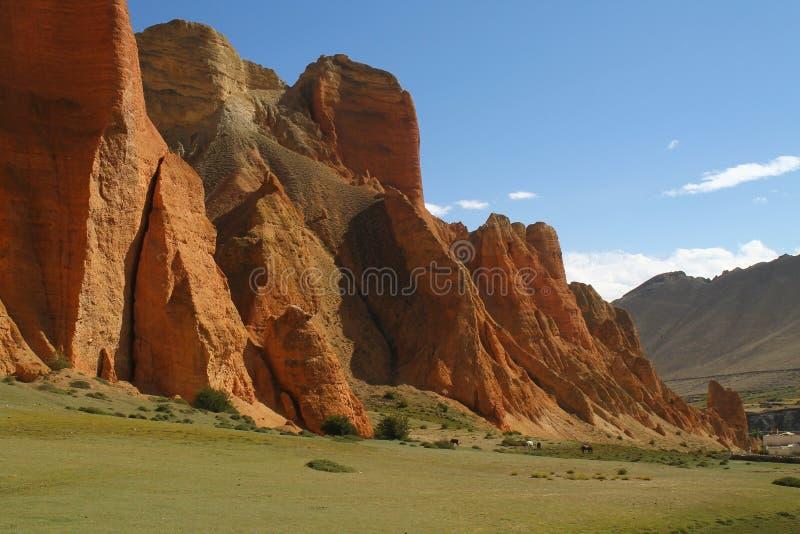 Rote Klippen bei Dhakmar im Mustang, Nepal lizenzfreie stockfotos