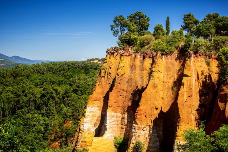 Rote Klippen in Roussillon Les Ocres, Provence, Frankreich stockbild