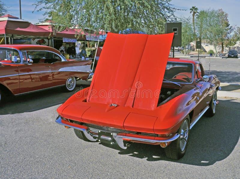 Rote Korvette mit versteckten Scheinwerfern lizenzfreies stockfoto