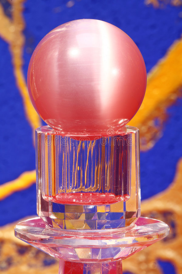 Rote Kristallkugel und Bedienpult   stockbild
