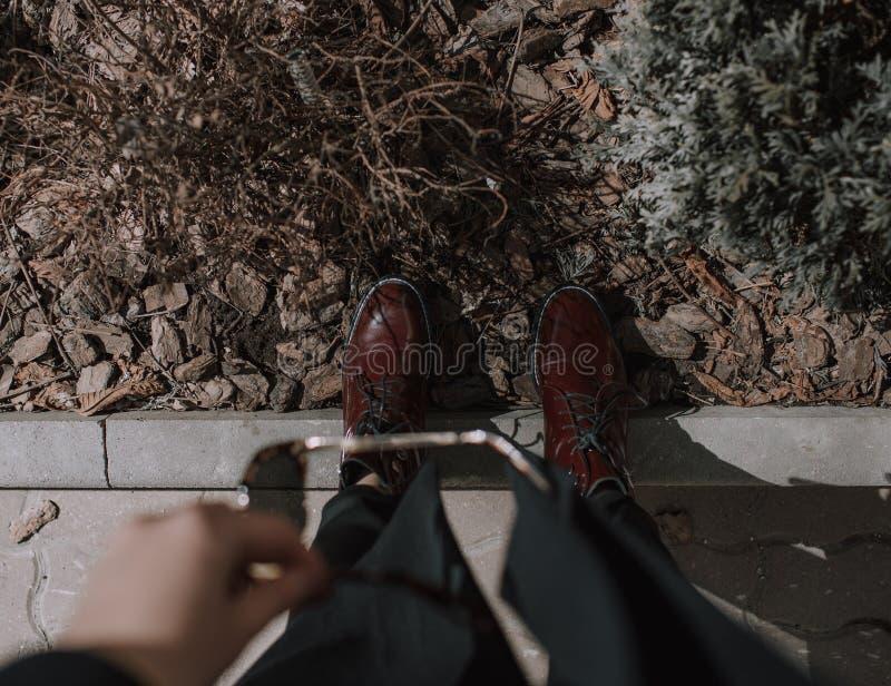 Rote Lacklederstiefel des modernen Herbstes lizenzfreie stockfotos