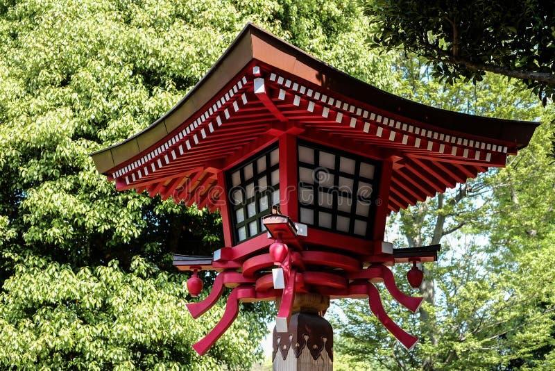 Rote Lampe in Japan-Tempel lizenzfreies stockbild