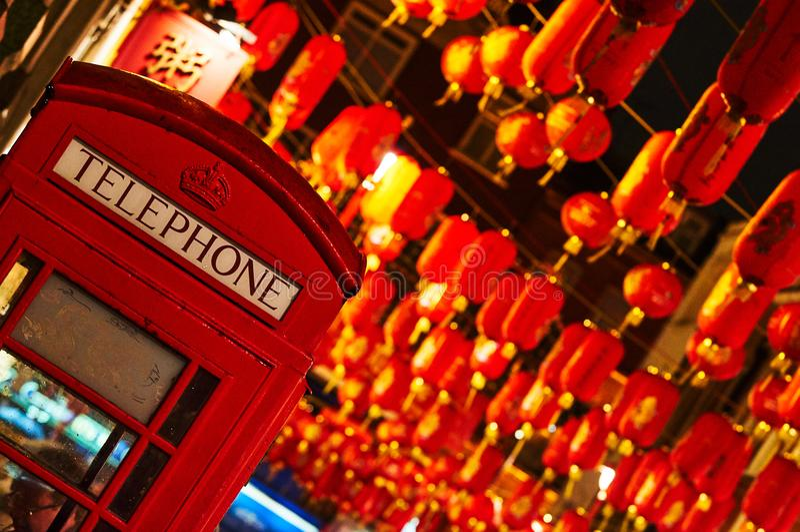 Rote Laterne Téléphone-Standes in chinesischem neuem Jahr Chinatowns London stockbilder