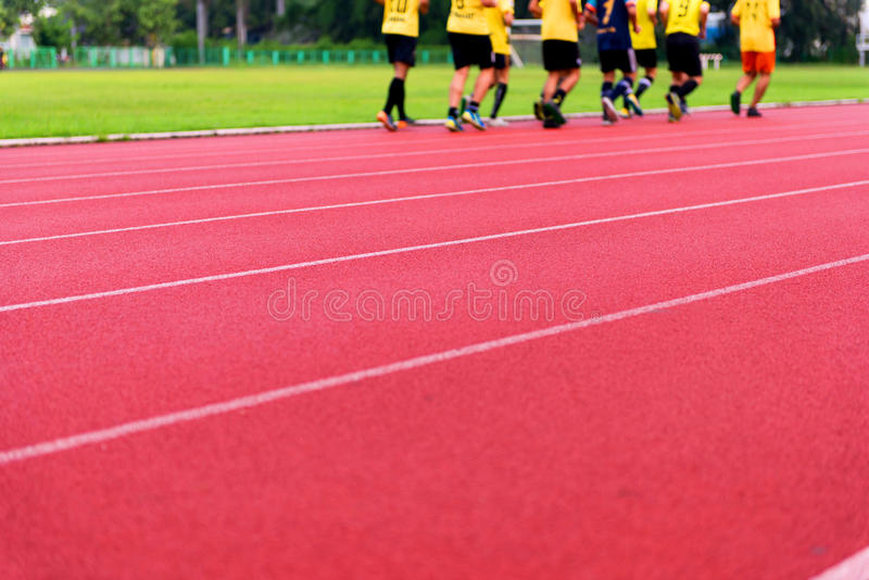 Rote Laufbahn im Stadion stockfotos