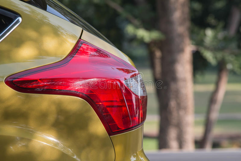 Rote Lichter der Rückseite des selektiven Fokus, Auto beleuchtet, gelbes Auto lizenzfreies stockfoto