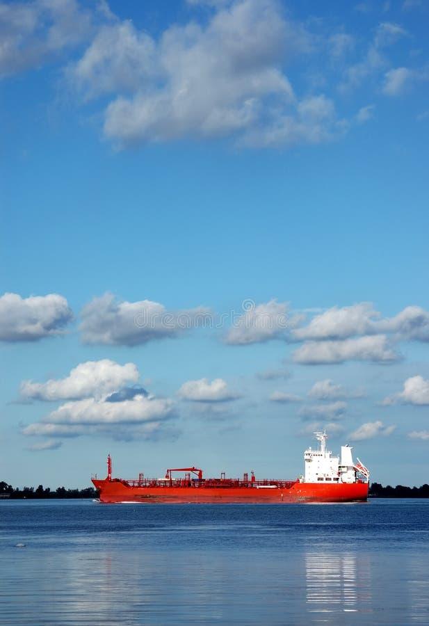 Rote Lieferung auf Detroit-Fluss lizenzfreie stockfotos