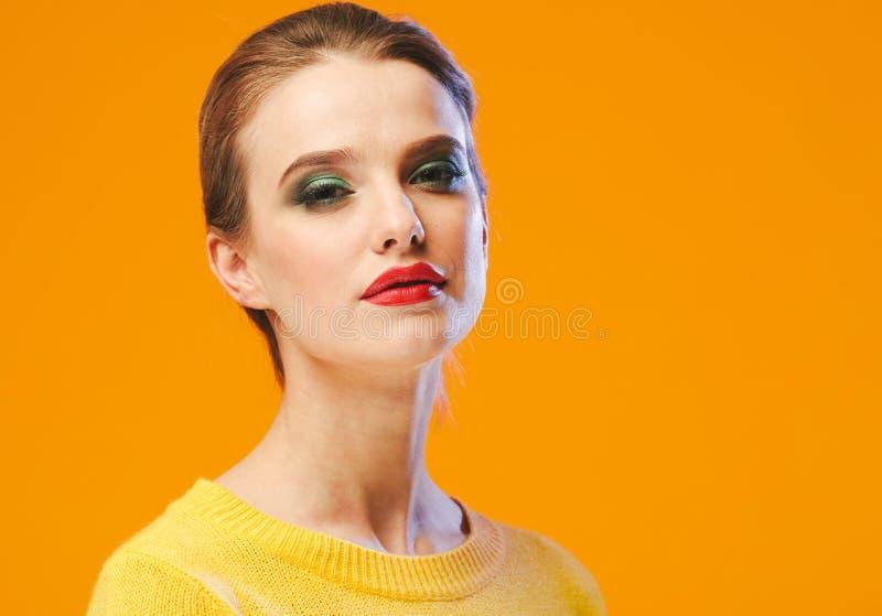 Rote Lippen der bunten Make-upfrau in der gelben Kleidung auf Farbglücklichem Sommer-Modehintergrund manikürten Nägel lizenzfreie stockbilder